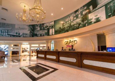 Grand Hotel in Saigon: Lobby mit Rezeption