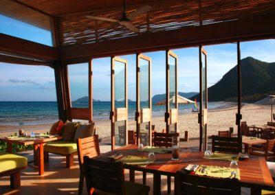 """Blick vom """"By the Beach Restaurant"""" des Six Senses Con Dao auf den Privatstrand"""